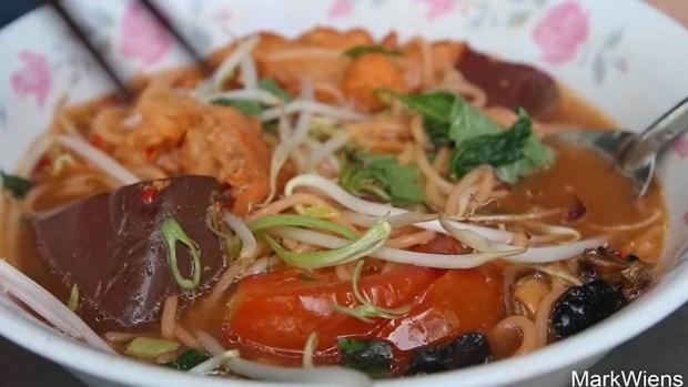 外国游客赞美越南街边的蟹膏汤米线 hinh anh 1