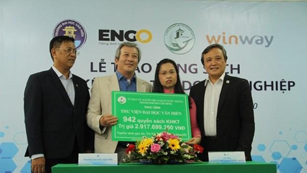 旅居海外越南人向胡志明市高等院校捐赠书籍 hinh anh 1