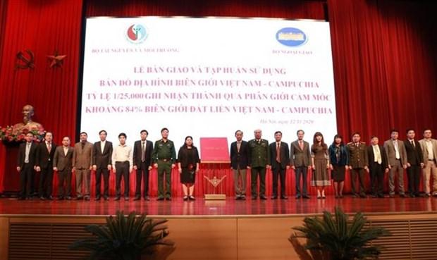 越南-柬埔寨比例尺为1:25000边界地形图交接仪式在首都河内举行 hinh anh 1