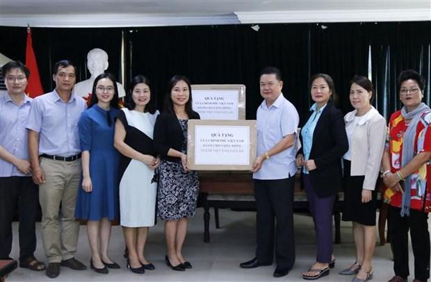 越南政府向旅居老挝越南人捐赠防疫口罩 hinh anh 1