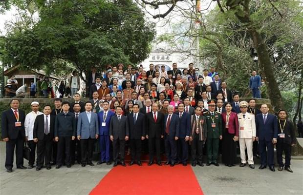 第二次越南少数民族全国代表大会参会代表团入陵瞻仰胡志明主席遗容 hinh anh 2