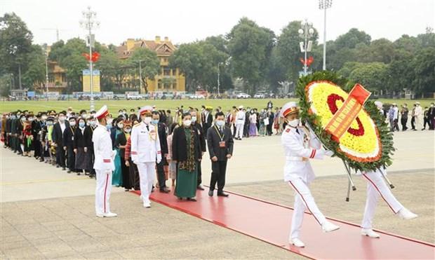 第二次越南少数民族全国代表大会参会代表团入陵瞻仰胡志明主席遗容 hinh anh 1
