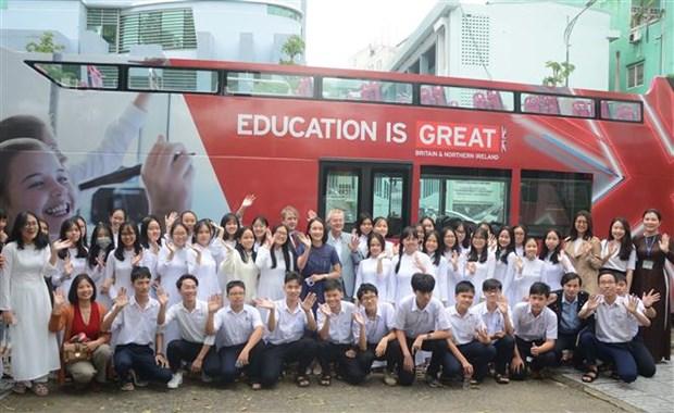 近1000名岘港市学生参加英国技术和教育行程 hinh anh 1