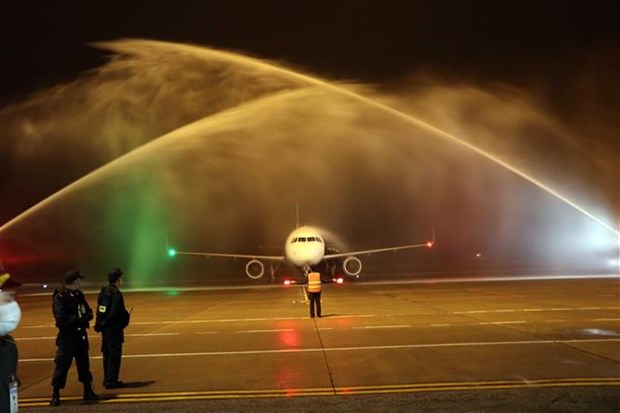 Vietravel Airlines飞机首次抵达富牌机场 hinh anh 1