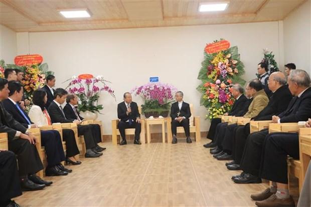 政府常务副总理张和平向大叻主教座堂和越南福音教教会致以圣诞祝福 hinh anh 1