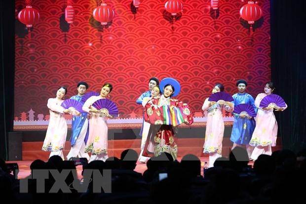 """2021新年晚会暨""""国际友谊艺术节""""颁奖仪式在河内举行 hinh anh 1"""