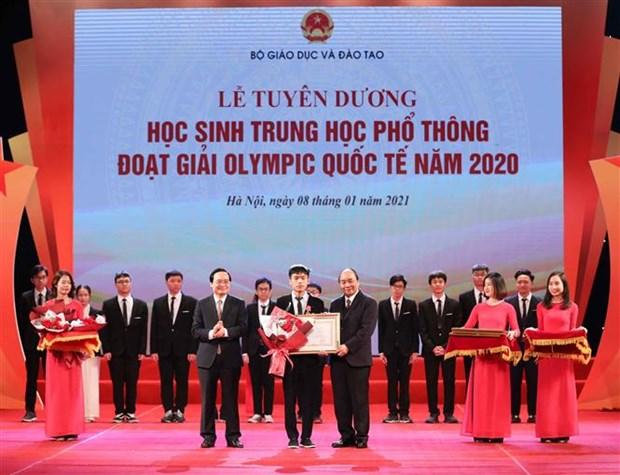 阮春福总理出席2020年国际奥林匹克竞赛获奖高中生表彰大会 hinh anh 1