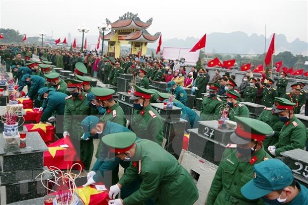 抗法战争中牺牲的23名烈士遗骸追掉会和安葬仪式在和平省举行 hinh anh 1