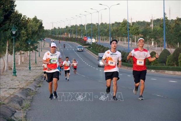 近400名运动员参加在平顺省举行的美奈沙丘马拉松越野赛 hinh anh 1