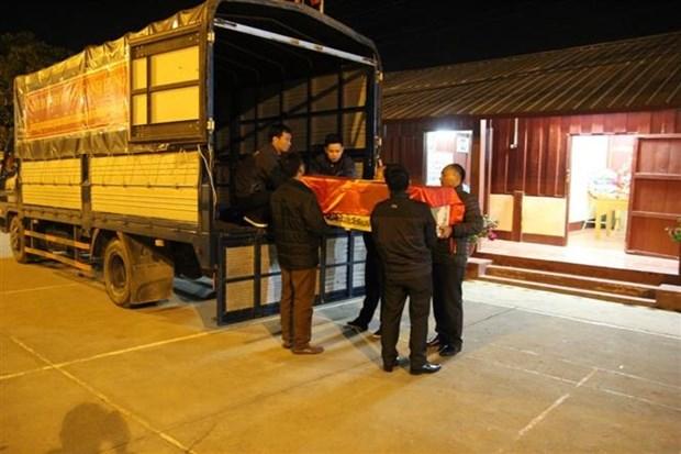 将在老挝牺牲的14名越南专家和志愿者的遗骸送回国安葬 hinh anh 2