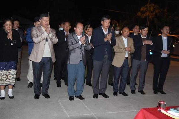 将在老挝牺牲的14名越南专家和志愿者的遗骸送回国安葬 hinh anh 1