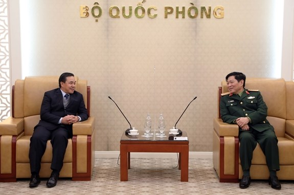 越南国防部长吴春历大将会见老挝驻越大使 hinh anh 1