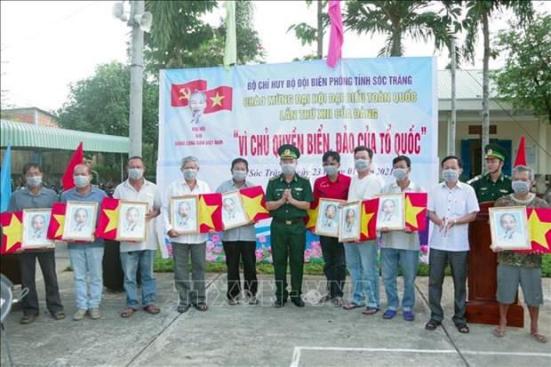 朔庄省边防部队向渔民赠送国旗和胡志明主席肖像 hinh anh 2