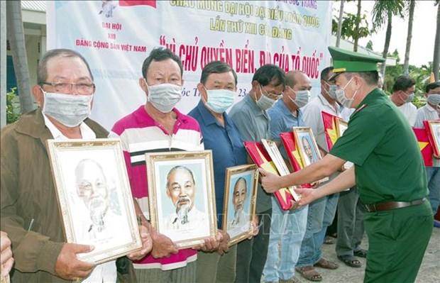 朔庄省边防部队向渔民赠送国旗和胡志明主席肖像 hinh anh 1