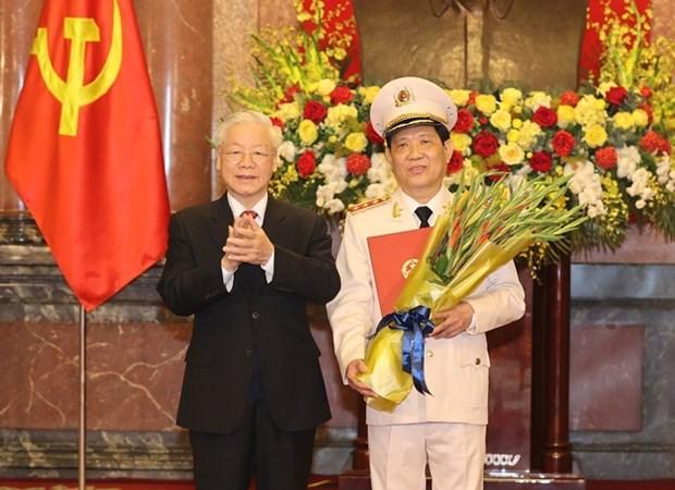 越共中央总书记、国家主席阮富仲向公安部副部长授予上将军衔的命令状 hinh anh 1