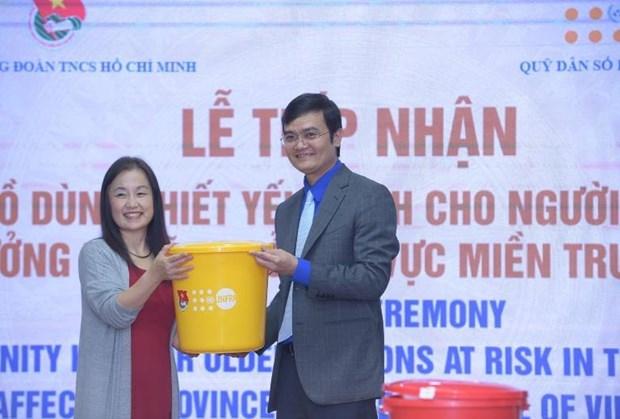 联合国人口基金会向越南中部三省受灾老年人捐赠生活用品 hinh anh 1