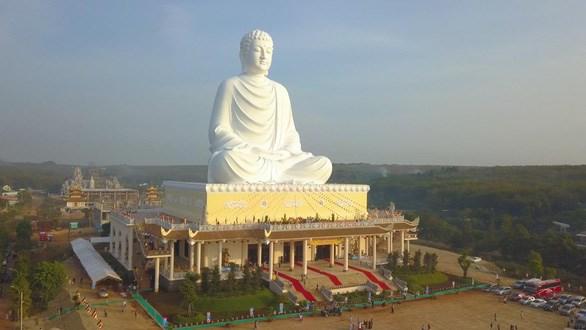 平福省:东南亚最高的释迦牟尼坐佛像落成开光 hinh anh 1