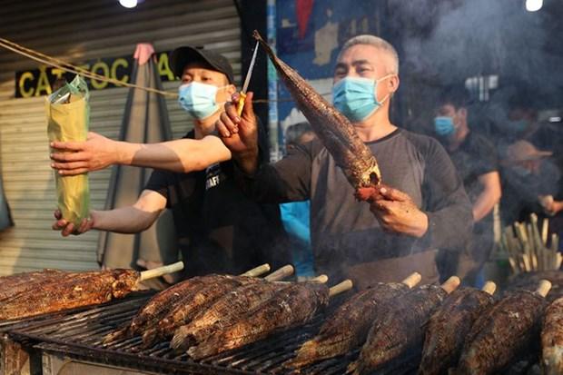 越南财神节独特供奉品--烤鳢鱼 hinh anh 1