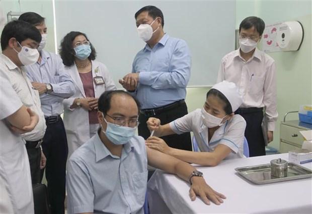 卫生部代表团对胡志明市的隔离、入境人员管理和新冠疫苗接种工作进行实地检查 hinh anh 1