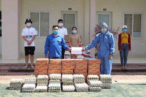 越南驻老大使馆帮助在老挝越南留学生克服当前因受疫情影响而遇到的困难 hinh anh 1