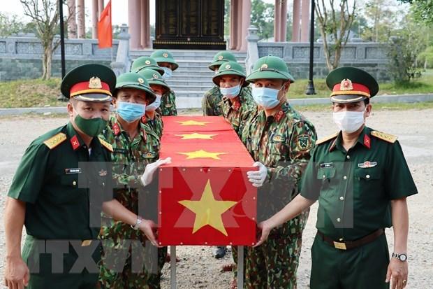 广平省为在老牺牲的16名越南志愿军和专家烈士遗骸举行追悼会和安葬仪式 hinh anh 2