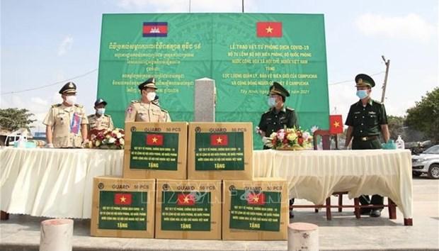 越南边防部队司令部向柬埔寨捐赠防疫物资 hinh anh 1