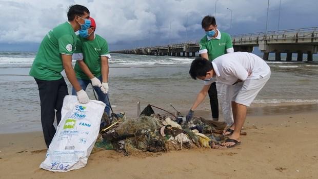 越南海警力量同居民携手展开海滩清洁活动 hinh anh 1