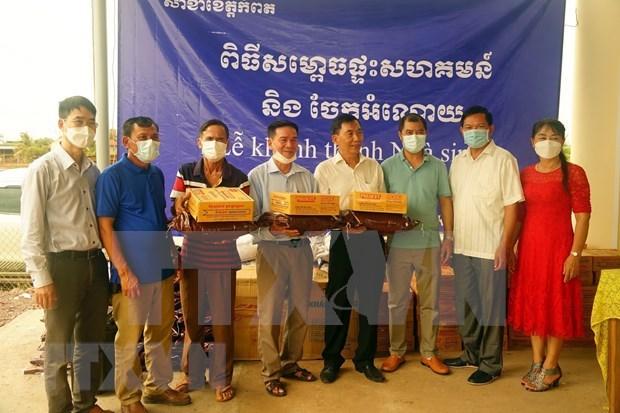 柬埔寨贡布省越裔柬埔寨人公房正式落成 hinh anh 2