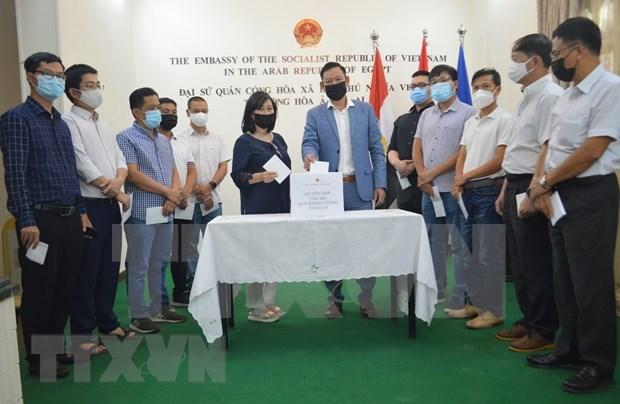 新冠肺炎疫情:旅外越南人为国内新冠疫苗基金会捐赠资金 hinh anh 2