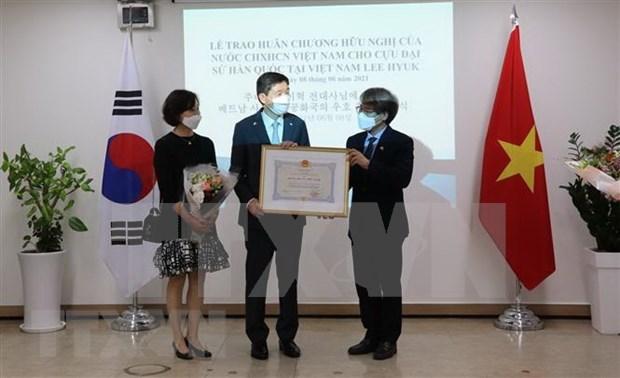 越南授予原韩国驻越南大使李赫友谊勋章 hinh anh 1