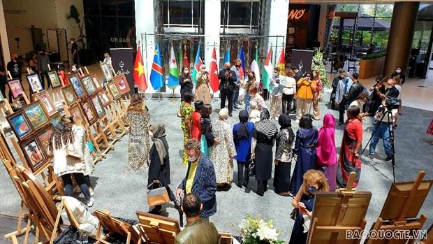 越南驻土耳其大使馆参加在安卡拉举行的刺绣画展 hinh anh 1