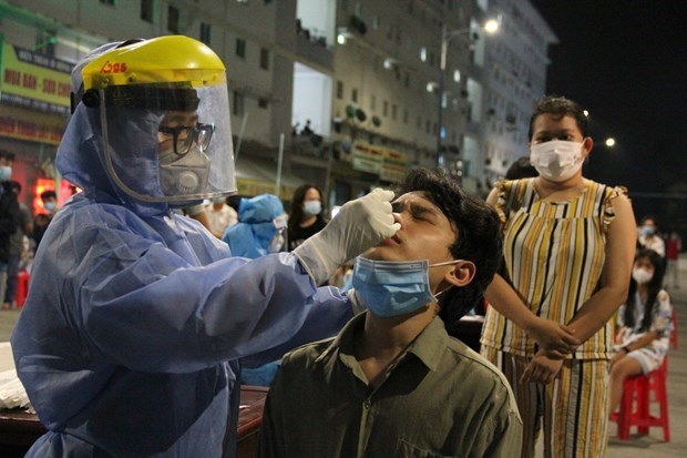 胡志明市确诊感染新冠病毒劳动者数量超1800人 全市为110万剂疫苗接种作出准备 hinh anh 1