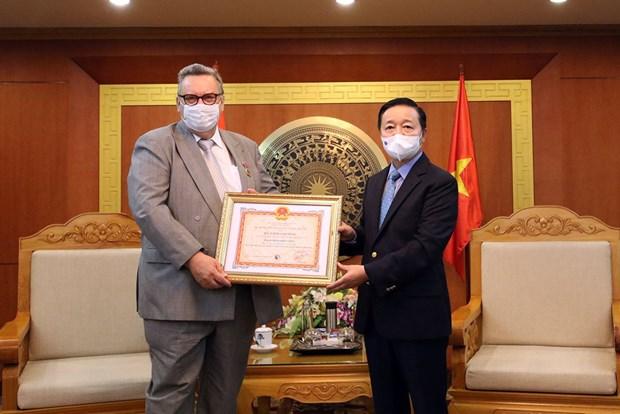 """芬兰驻越大使荣获""""致力于自然资源与环境事业纪念章"""" hinh anh 1"""