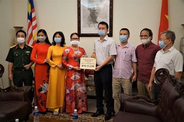 越南驻马来西亚大使馆接收新冠肺炎疫苗基金援助资金 hinh anh 1