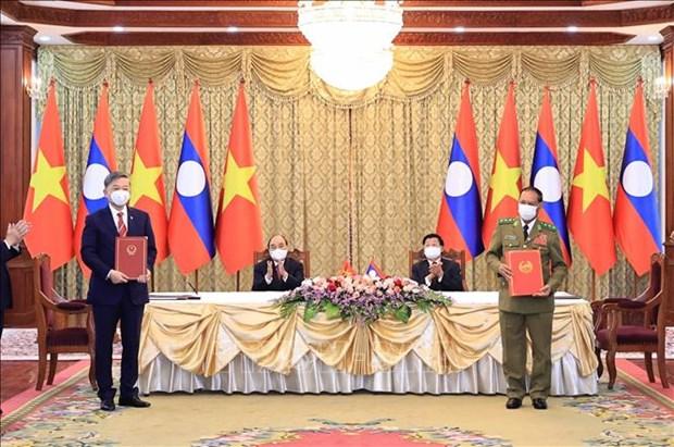 越南向老挝公安部授予多枚最高荣誉勋章 hinh anh 1