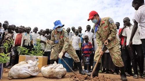 越南三号二级野战医院动员青年力量参加保护南苏丹的环境 hinh anh 1