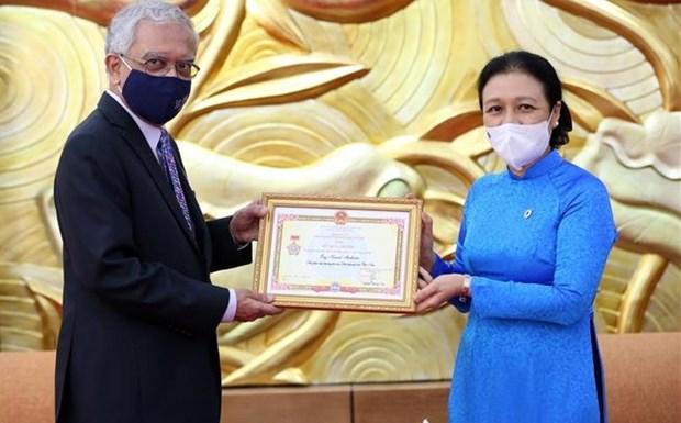 联合国常驻越南协调员荣获越南友谊勋章 hinh anh 1