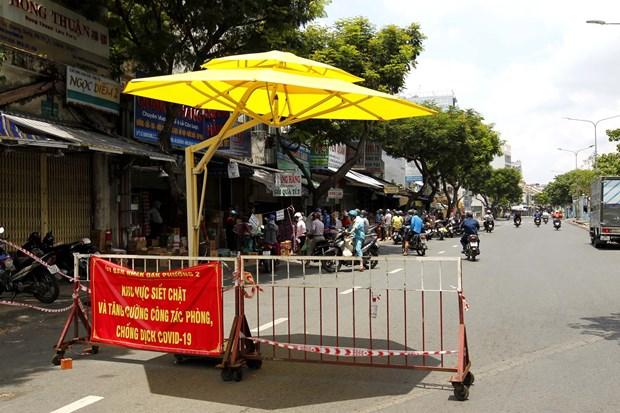 胡志明市8月23日0时起加强防疫措施 市民生活必需品供应保障充足 hinh anh 1