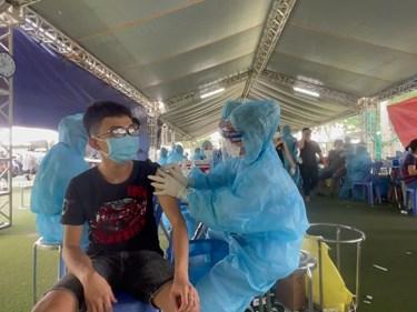 越南优先向经济火车头——东南部地区提供新冠疫苗 hinh anh 1
