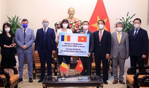 越南接收由罗马尼亚政府捐赠的30万剂阿斯利康新冠疫苗 hinh anh 1
