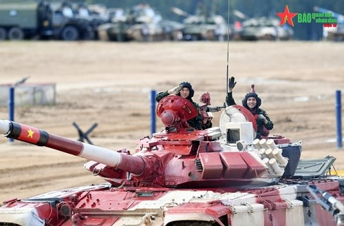2021年国际军事比赛:越南坦克参赛队第一车组出色完成比赛 hinh anh 1