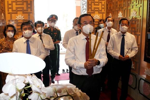 越南国庆76周年:胡志明市领导代表团上香缅怀胡志明主席 hinh anh 1