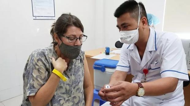 新冠疫苗接种:越南人、外国人一视同仁 hinh anh 1