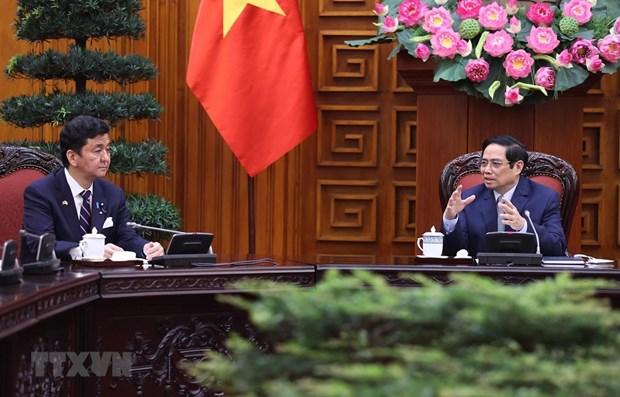 越南政府总理范明政会见日本防卫大臣岸信夫 hinh anh 1