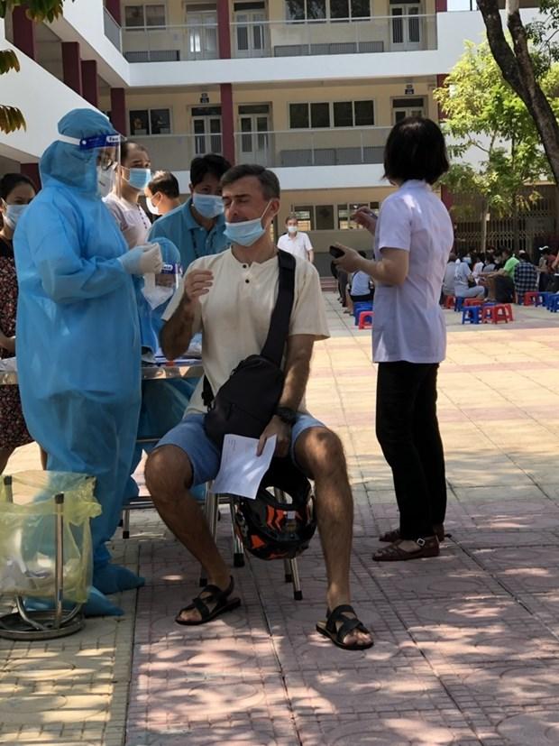 外国公民对在河内市接受疫苗接种和新冠病毒检测感到高兴 hinh anh 2