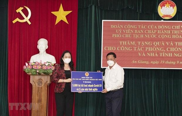 越南国家副主席在安江省开展疫情防控慰问工作 hinh anh 1