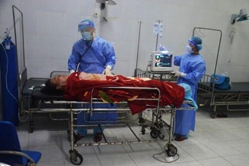 西双子岛医疗所接救患减压病的渔民 hinh anh 1