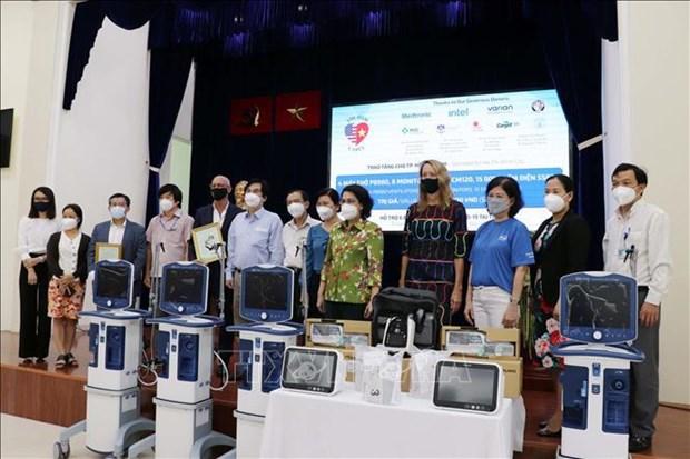 越南美国商会为越南疫情防控工作捐赠医疗设备 hinh anh 1