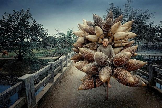 《卖鱼笼者》摄影作品荣获2021年旅游摄影大赛奖项 hinh anh 1