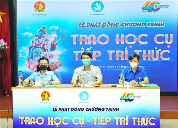 越南向贫困学生赠送数千套学习用具 hinh anh 1